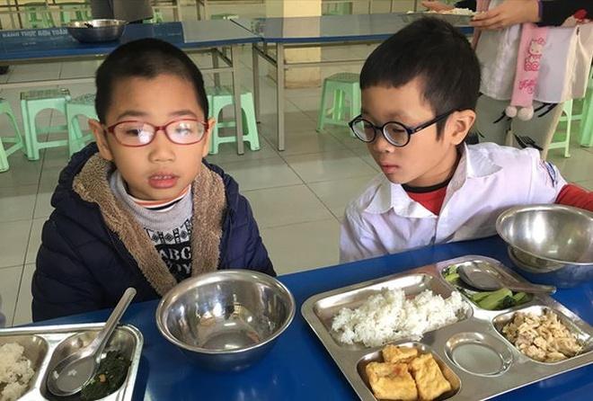 So GD&DT Ha Noi len tieng vu phu huynh phan doi tang tien an hinh anh