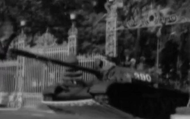 Khoanh khac xe tang 390 tien vao Dinh Doc Lap ngay 30/4/1975 hinh anh