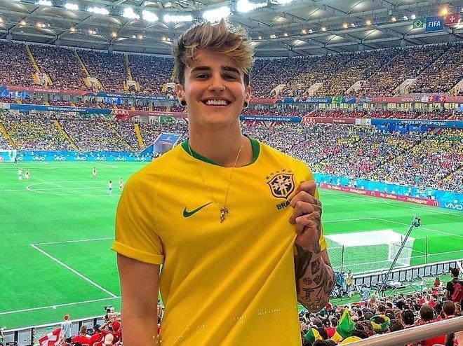 Hot boy o khan dai duoc tim kiem sau tran Brazil - Thuy Si la ai? hinh anh