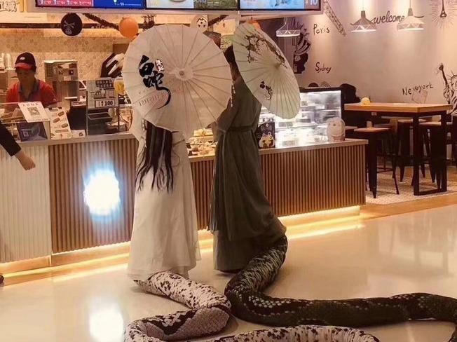Hai co gai Trung Quoc cosplay Thanh Xa - Bach Xa di mua tra sua hinh anh