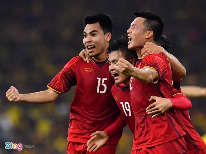 Dan mang dong loat chuc mung doi tuyen Viet Nam vo dich AFF Cup 2018 hinh anh