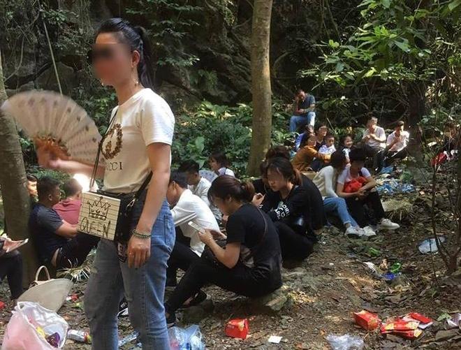 Chua Huong Tich day rac: Vo y thuc nhu the thi di cau xin cai gi? hinh anh