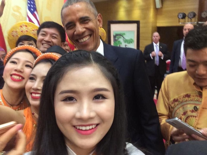 Co gai bat tay ong Obama anh 1