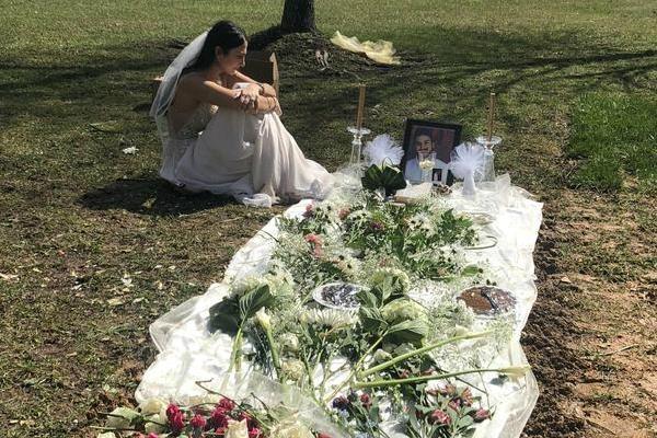 Mặc váy cô dâu đến thăm mộ hôn phu bị sát hại trước ngày cưới