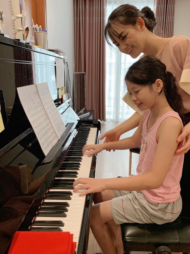 co giao day piano xinh dep anh 2
