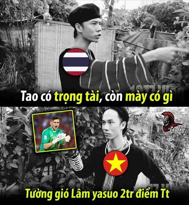 Sau khi fanpage của đội tuyển Thái Lan đăng tải kết quả hòa 0-0 của hiệp 1 với Việt Nam trên sân Mỹ Đình, người hâm mộ nước này không quên cảm ơn trọng tài người Oman sau khi