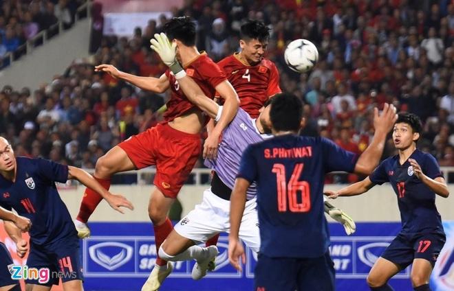 Trong hiệp 1 trận đấu giữa Việt Nam và Thái Lan trong khuôn khổ Vòng loại World Cup 2022 vừa diễn ra trên sân Mỹ Đình,trọng tài người Oman Ahmed Ahmed Al-Kaf  đưa ra nhiều quyết định tranh cãi gây bất lợi cho đội tuyển Việt Nam. Ở phút 27, vị trọng tài FIFA phạt penalty đội bóng áo đỏ sau tình huống lộn xộn trong vòng cấm. 5 phút sau, ông tiếp tục từ chối pha đánh đầu của trung vệ Bùi Tiến Dũng từ một tình huống cố định. Sau những quyết định của trọng tài người Oman, nhiều cổ động viên Việt Nam liên tục bày tỏ sự bức xúc trên mạng xã hội. Ảnh:Việt Linh.