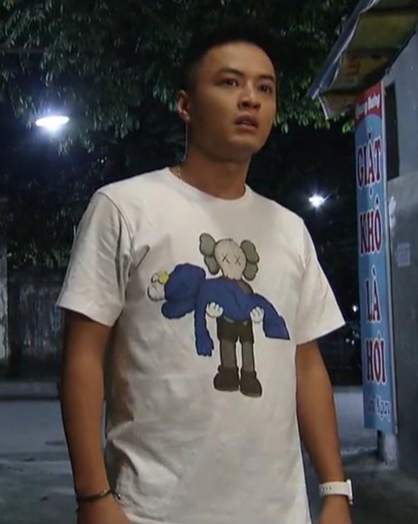 Fan phat hien Van Hau mac ao doi voi Bao 'Hoa hong tren nguc trai' hinh anh 1 Untitledkk.jpg