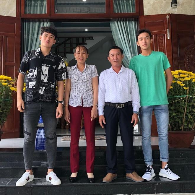Tien Linh di le chua, Bui Tien Dung tham suoi ca than mung 2 Tet hinh anh 3 83089584_1048946545463751_8204825810718410093_n.jpg