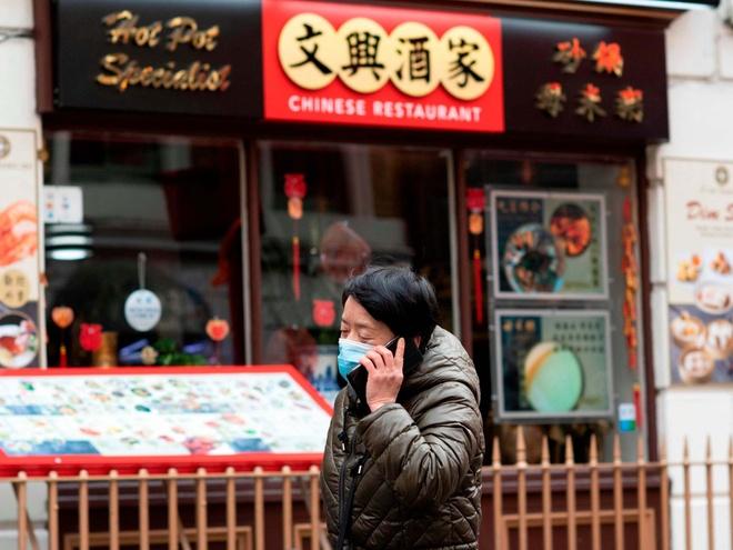 Thieu nien Anh nho nuoc bot len mat chu cua hang nguoi Trung Quoc hinh anh 1 chinatown_racism_coronavirus.jpg