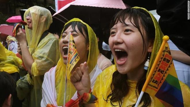 Dang sau cac buc hinh ket hon dong gioi dau tien o moi quoc gia hinh anh 7 190517025329_taiwan_gay_rights_supporters_10_exlarge_169.jpg