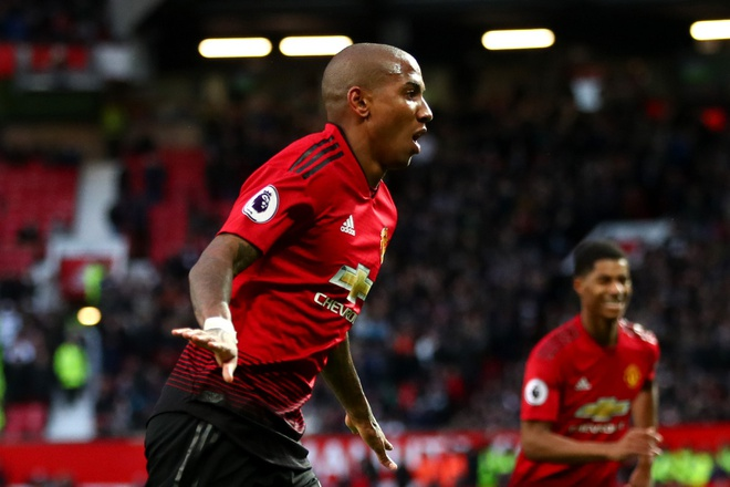 Ashley Young,  HLV Ole Solskjaer,  Man Utd vs PSG,  11 tran bat bai anh 1