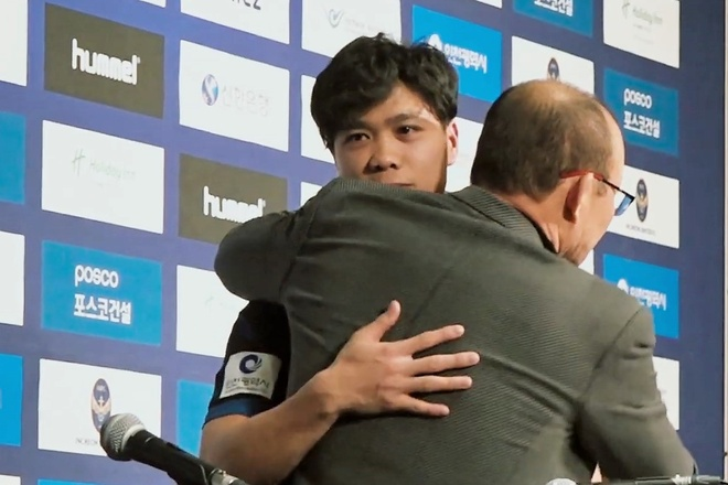 Cong Phuong om cham thay Park trong ngay ra mat Incheon United hinh anh