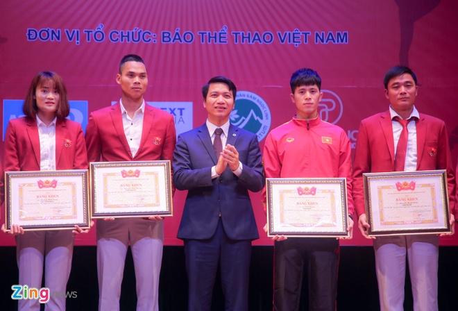 Dinh Trong ben len tren buc nhan giai VDV tieu bieu nam 2018 hinh anh 1