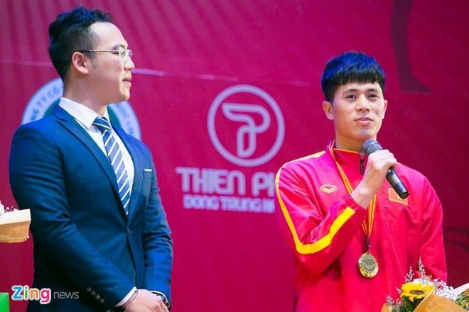 Dinh Trong ben len tren buc nhan giai VDV tieu bieu nam 2018 hinh anh 2
