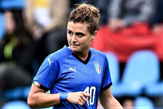 Nu cau thu Italy lap hat-trick nhan chim tuyen Jamaica hinh anh
