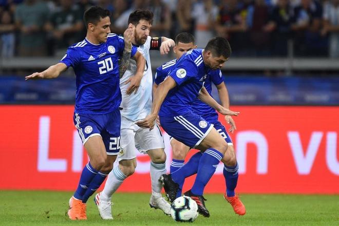 Messi bị các cầu thủ Paraguay khóa chặt. Ảnh:Getty Images.