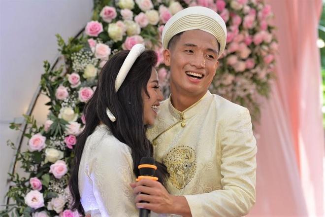 Bui Tien Dung hat 'Nam lay tay anh' tang co dau o le an hoi hinh anh