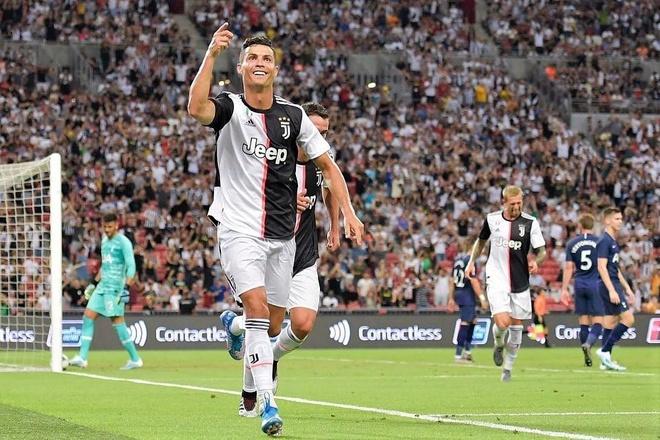 HLV Sarri: 'Cac cau thu phai tap thich nghi voi Ronaldo' hinh anh 1