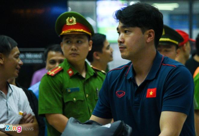 Tuyen Viet Nam ve Ha Noi luc nua dem hinh anh 3