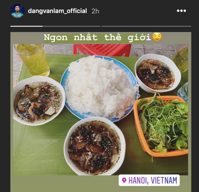 Van Lam thuong thuc mon bun cha trong ngay duoc nghi tap hinh anh 1