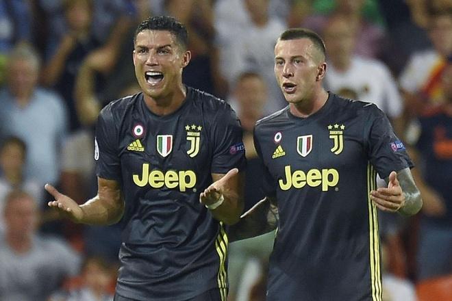 Ronaldo khong phuc khi phai mua qua tang toan doi Juventus hinh anh 1 ronaldo.jpg