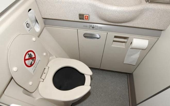 Dieu gi xay ra khi ban giat nuoc trong WC may bay? hinh anh 1