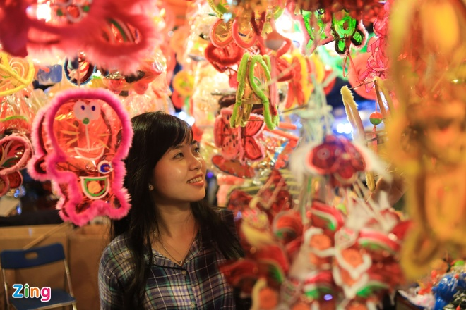 Pho long den Sai Gon dong duc khach truoc trung thu hinh anh 3