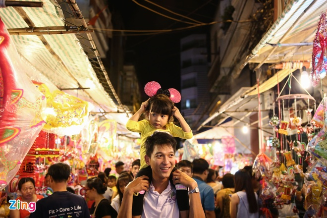 Pho long den Sai Gon dong duc khach truoc trung thu hinh anh 7