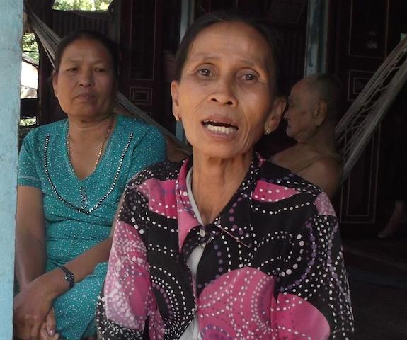 Truy lung nghi can giet nguoi bo xac vao bao tai o mien Tay hinh anh 1 Bà Gấu, người đầu tiên phát hiện thi thể con trai.