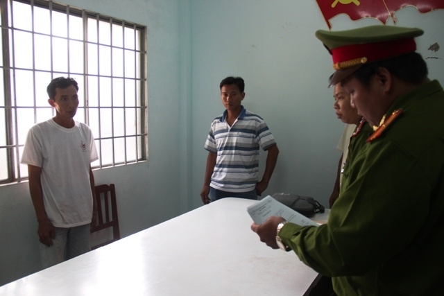 Phong hoa giet 3 nguoi roi den phu an tang cho nan nhan hinh anh 2 Cơ quan điều tra đọc lệnh bắt đối với Trần Quốc Gia. Ảnh Minh Anh