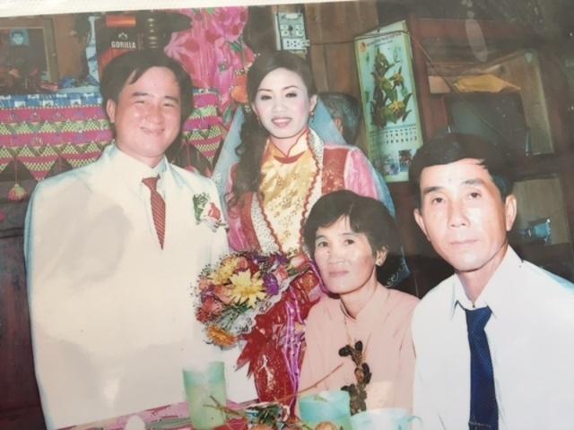 Phong hoa giet 3 nguoi roi den phu an tang cho nan nhan hinh anh 3 Di ảnh vợ chồng anh Thắng trong ngày cưới. Ảnh Minh Anh chụp lại.