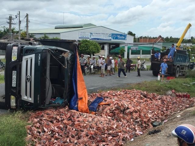 Xe container lat nhao, 21 tan dau ca tran ra duong hinh anh 2 Vụ tai nạn xảy ra tại khúc cua tay áo trên đường dẫn cầu Cần Thơ. Ảnh Minh Anh