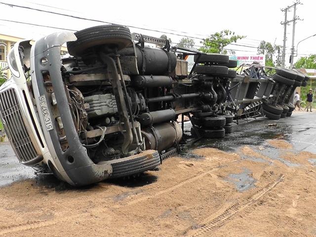 Xe container lat nhao, 21 tan dau ca tran ra duong hinh anh 1 Hiện trường vụ lật xe trên quốc lộ 30. Ảnh cơ quan công an.