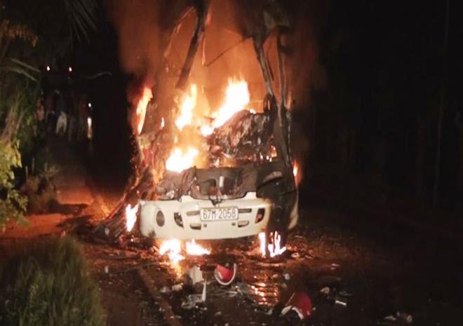 Oto cho 18 hanh khach boc chay du doi trong dem hinh anh 1 Sau khi tông xe tải, ôtô khách bốc cháy dữ dội. Ảnh cơ quan công an