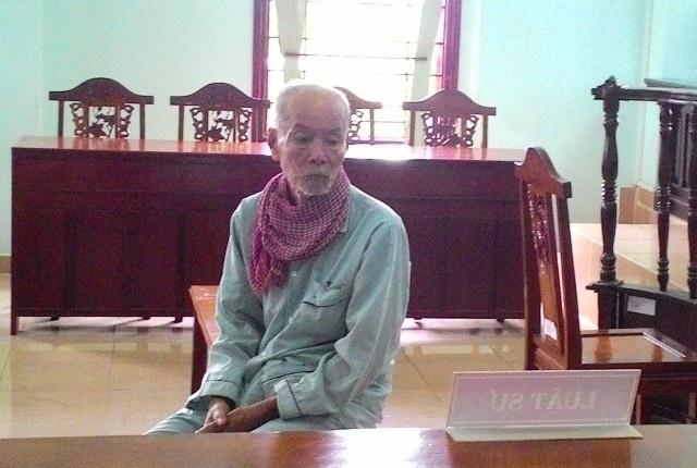 Cu ong 91 tuoi bo thuoc doc vao binh tra cho vo uong hinh anh 1 Bị cáo 91 tuổi tại phiên tòa. Ảnh Minh Anh