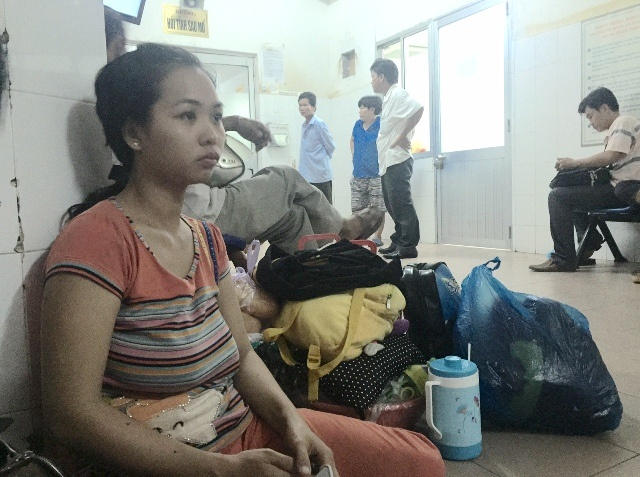 Be 13 thang tuoi chan thuong so nao o diem giu tre hinh anh 1 Chị Oanh - mẹ cháu Phát ngồi thẫn thờ trước hành lang bệnh viện. Ảnh Minh Anh