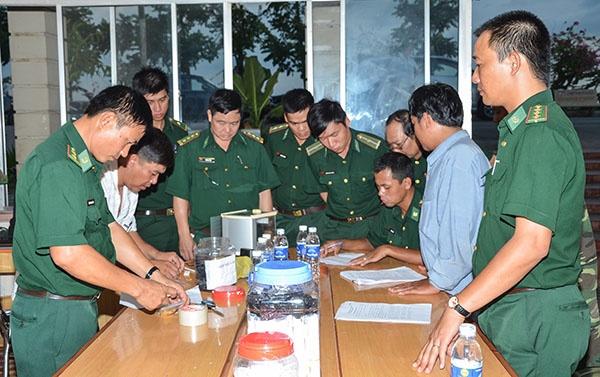 Nguoi nuoc ngoai mang 10 luong vang qua bien gioi hinh anh 1 Lực lượng chức năng lập biên bản tạm giữ tang vật. Ảnh Nguyễn Đức Thắng