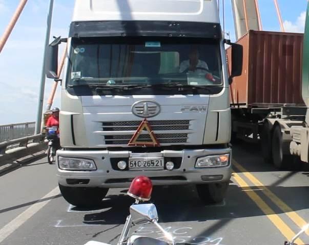 Xe container chet may giua cau Rach Mieu hinh anh 1