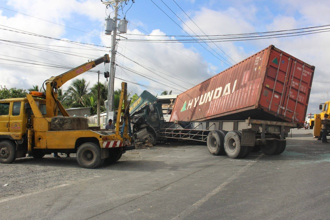 Xe container tong xe khach khien 2 nguoi tu vong hinh anh 1