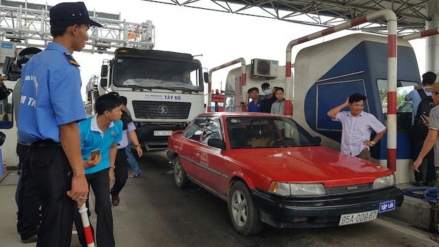 Tai xe phong toa BOT Can Tho - Phung Hiep, giao thong 'te liet' hinh anh 4