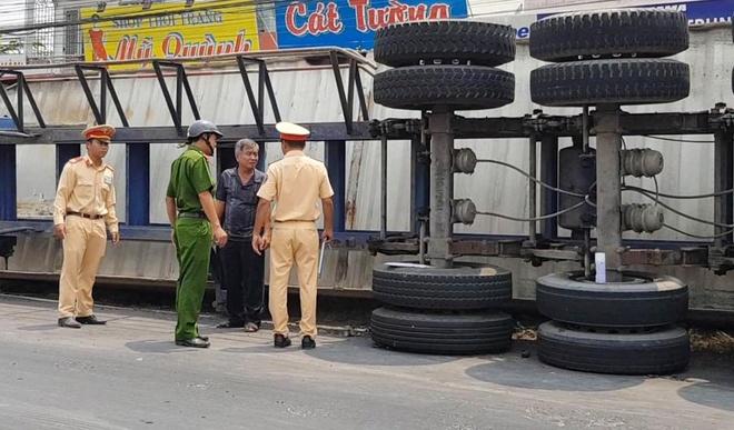 Lật container xe đầu kéo, 3 người bị đè chết