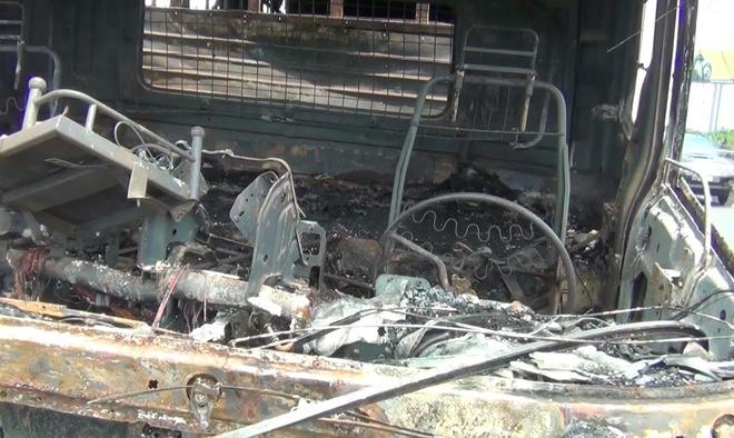 Xe tải cháy trơ khung trên cao tốc TP.HCM - Trung Lương