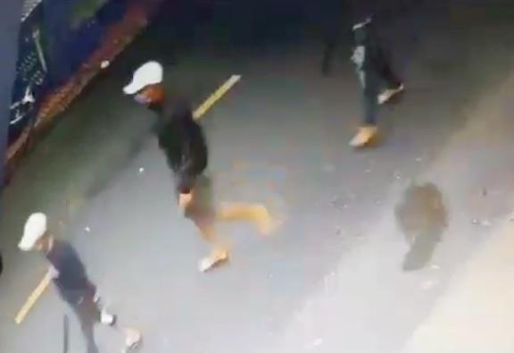 Tiền Giang: Nhóm bịt mặt nổ súng, ném bình gas truy sát người trong tiệm cầm đồ