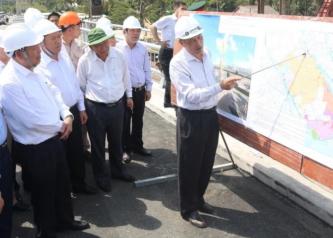 Đại diện Ban quản lý dự án báo cáo Phó thủ tướng Trương Hoà Bình về tiến độ công trình phòng chống hạn mặn ở Vĩnh Long. Ảnh: Minh Anh.