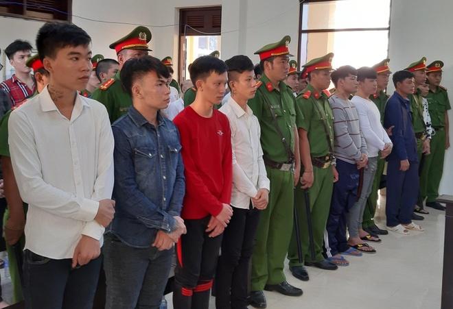 28 bị cáo nghe tòa tuyên án. Ảnh: Anh Minh.
