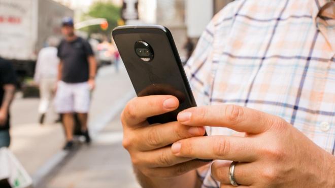 Lam dung smartphone gay ung thu nao va mat tri hinh anh