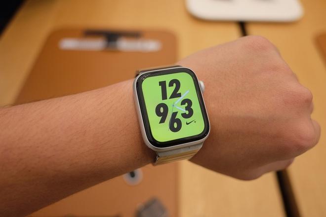 Chi tiet Apple Watch Series 4 - man hinh lon, vien cuc mong hinh anh