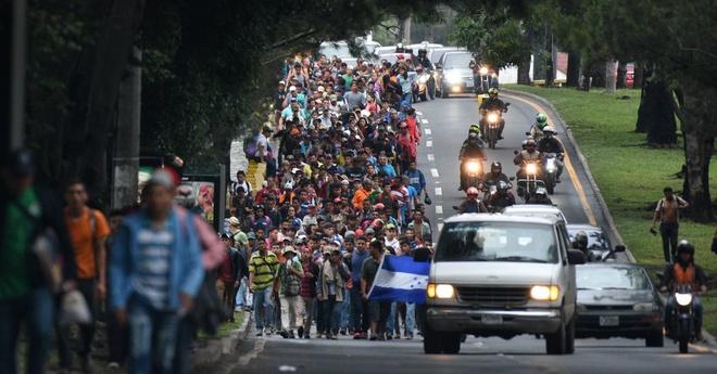 Doan xe caravan cho noi lo cua ong Trump vao nuoc My hinh anh