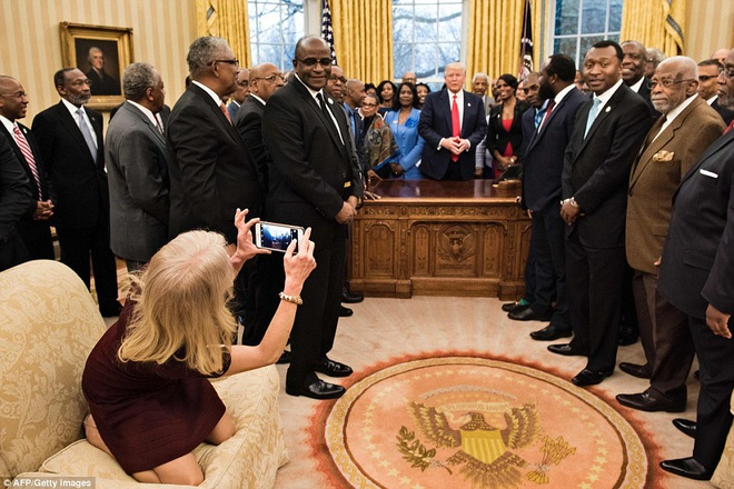 Nu co van cua Trump bi chi trich vi mang giay len sofa hinh anh